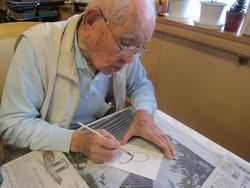 竹ペンを使って下書きします